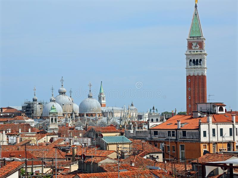 Куполы базилики St Mark и колокольни в Венеции стоковые изображения rf