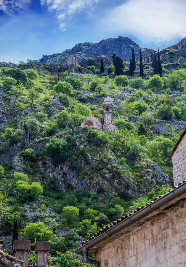 Куполы церков под холмами над Kotor стоковое фото