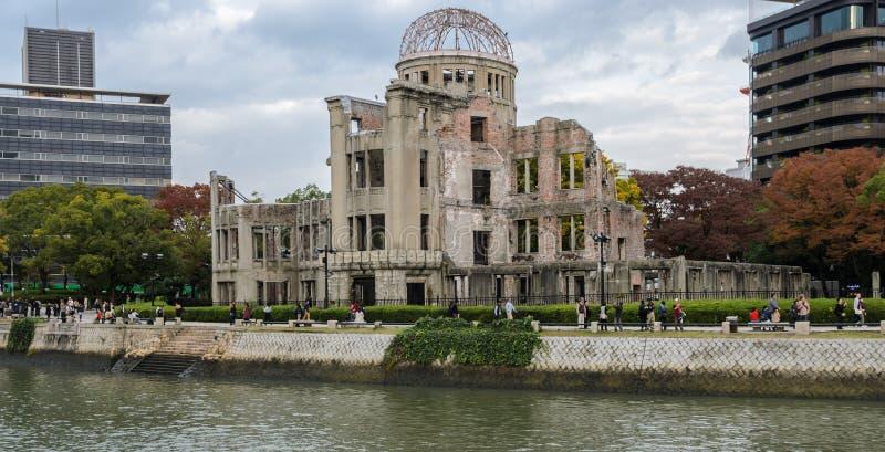 Купол атомной бомбы на парке мира мемориальном во время сезона осени внутри стоковое фото