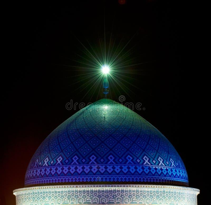 Купол мечети в ноче стоковые изображения