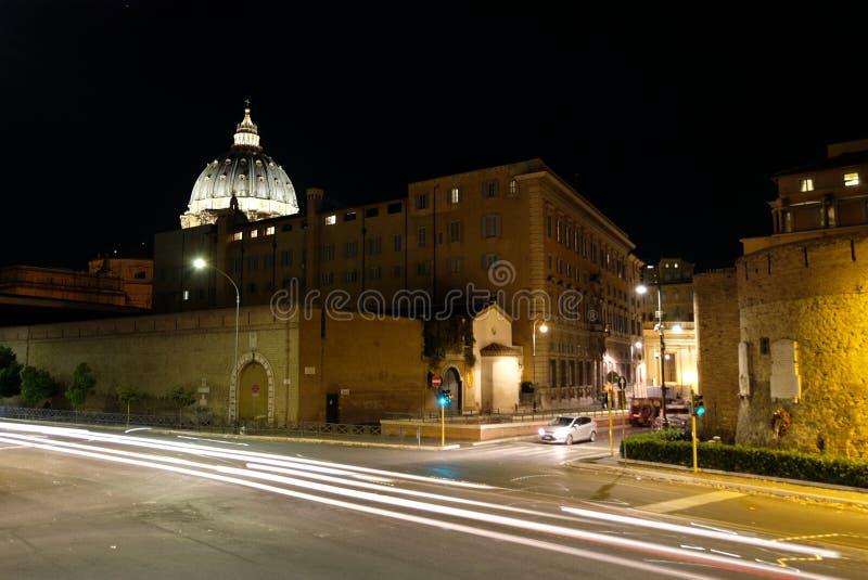 Купол Сан Pietro и остатки Porta Cavallegeri стоковая фотография rf