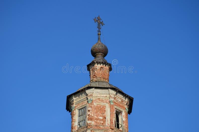 Купол старой загубленной церков на предпосылке яркого голубого неба лета стоковые изображения rf