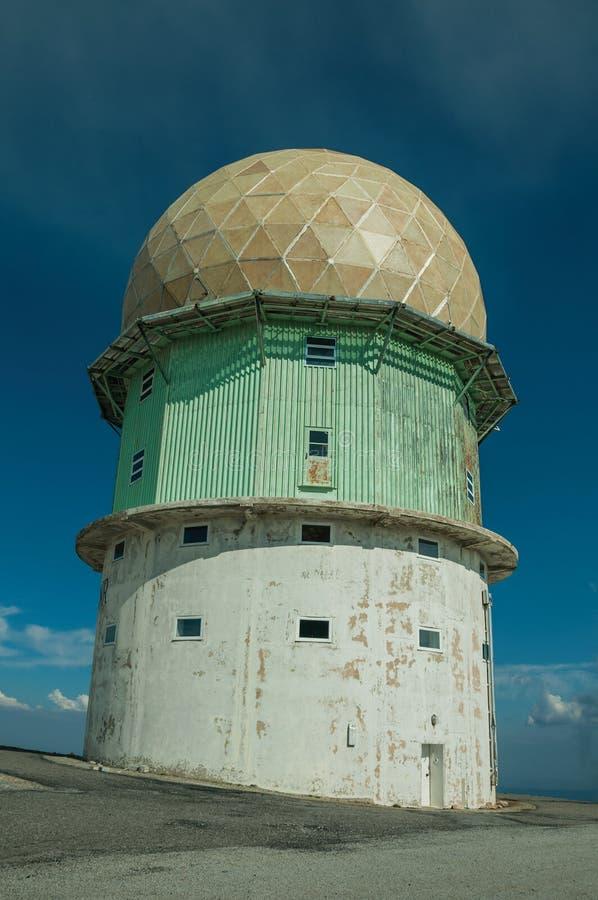Купол старой радиолокационной станции на скалистом ландшафте стоковые фотографии rf