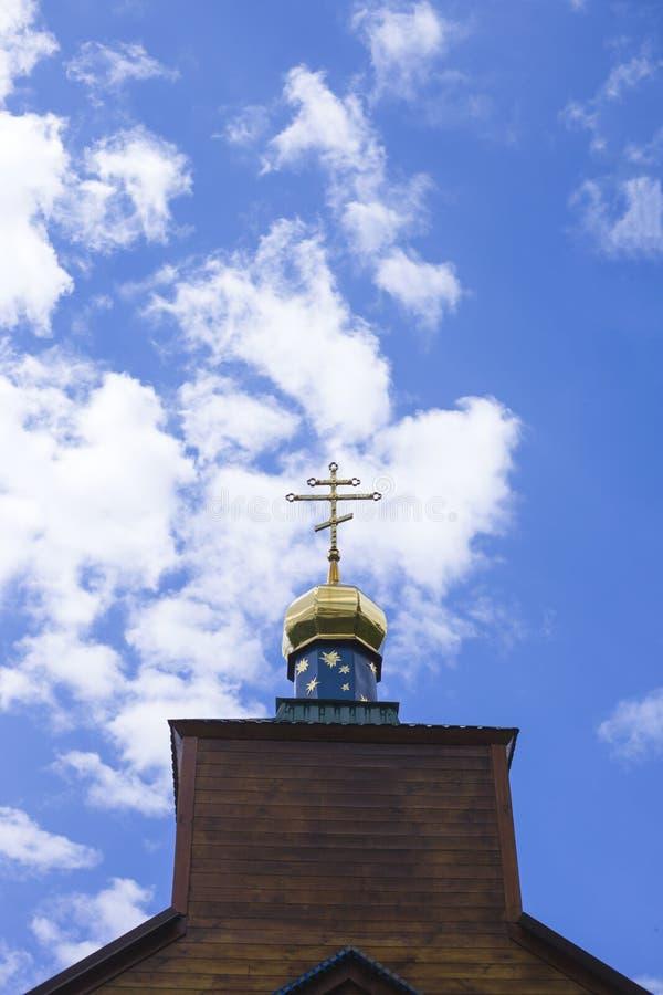 Купол с крестом православной церков церков против голубого неба с белыми облаками стоковое фото rf