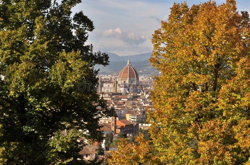 Купол Brunelleschi в Флоренсе между деревьями осени стоковое фото rf