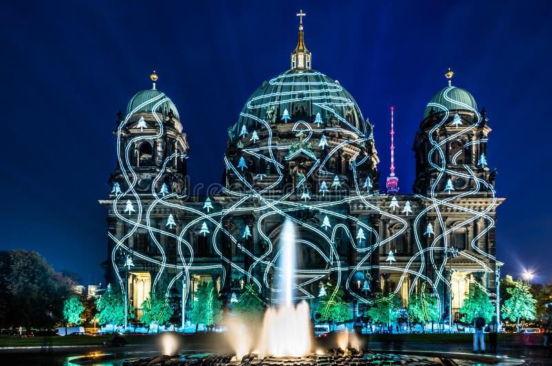 Купол берлинца загоренный во время фестиваля огней стоковое фото