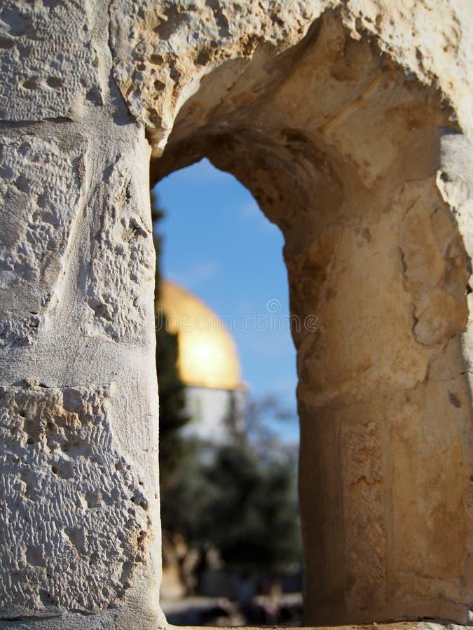 Купол каменного окна обозревая мечети Иерусалима утеса стоковая фотография rf