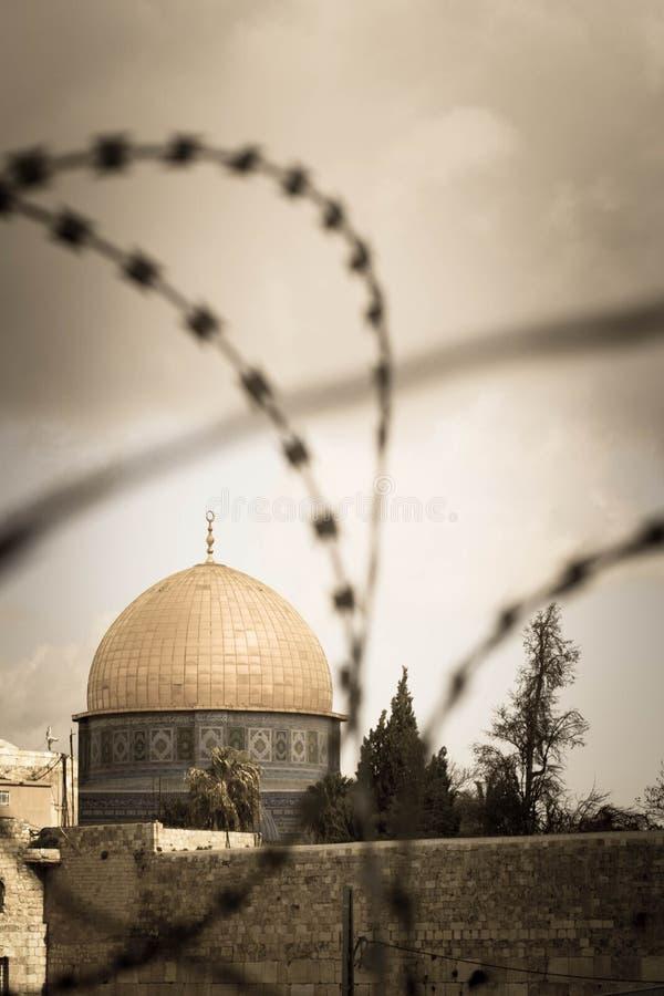Купол утеса в Иерусалиме за связанной проволокой загородкой стоковая фотография rf