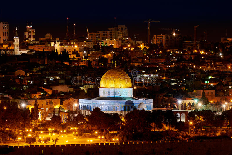 Купол утеса в Иерусалиме на ноче стоковые изображения