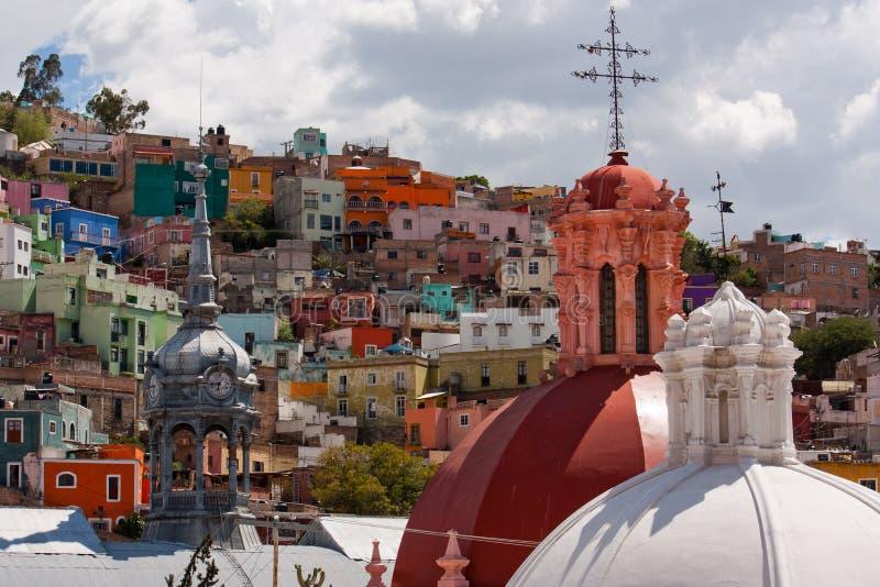 Куполы башни и церков рынка в Гуанахуате стоковое фото
