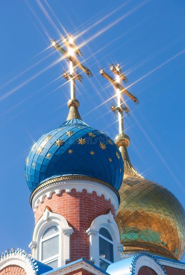 Куполы Русской православной церкви с крестом против неба стоковое изображение