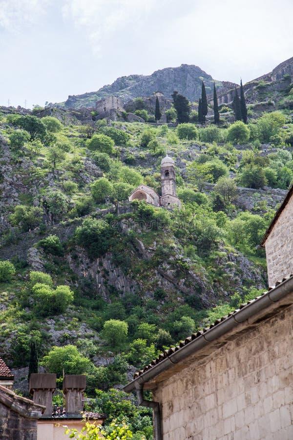 Куполы церков под холмами над Kotor стоковые фотографии rf