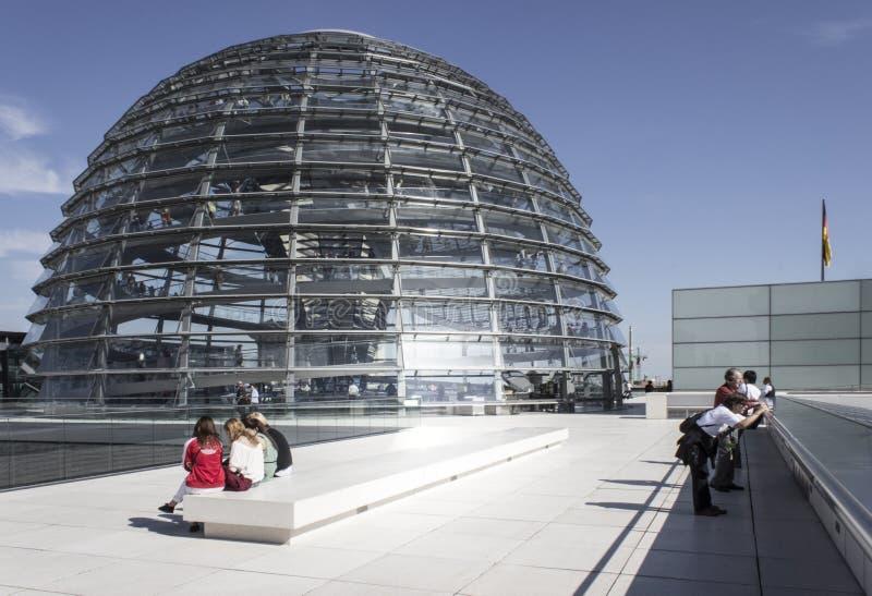 Купол Reichstag на верхней части крыши стоковая фотография