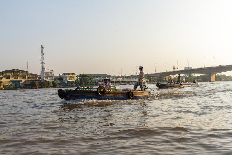 Купцы и туристы на Меконге около Cai звенели floatin стоковые изображения