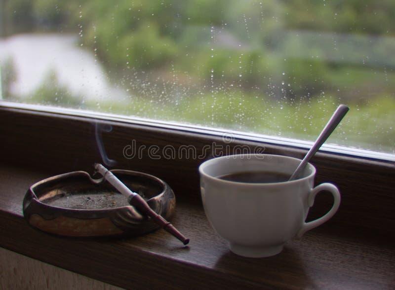 Курение чашки кофе и сигареты стоковая фотография rf