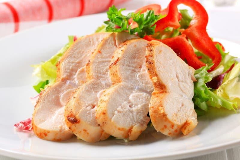 Куриная грудка с зеленым салатом стоковые фотографии rf