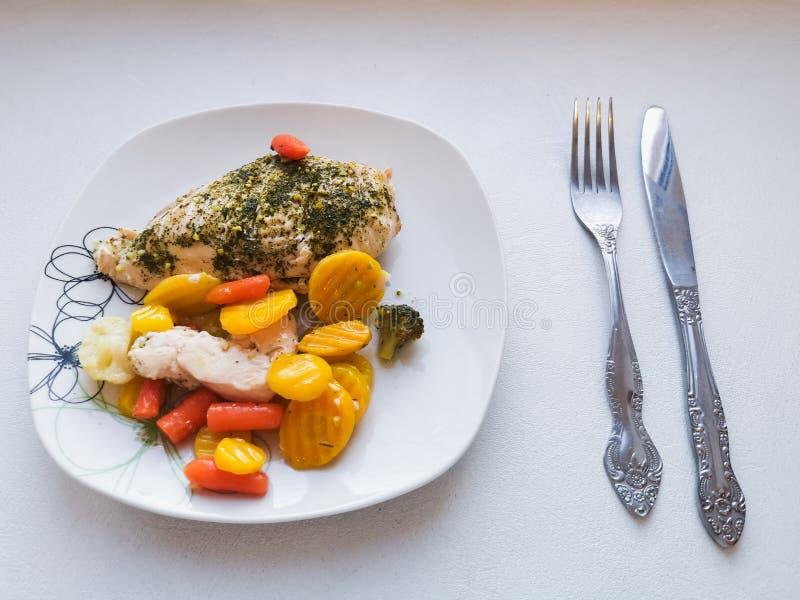Куриная грудка с овощами, обслуживание обедающего, вегетарианская еда, здоровая еда Здоровый шар с зажаренными цыпленком и овощам стоковая фотография