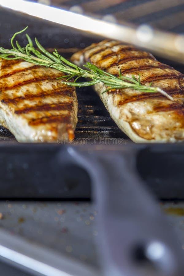 Куриная грудка с розмариновым маслом в лотке стоковые фото