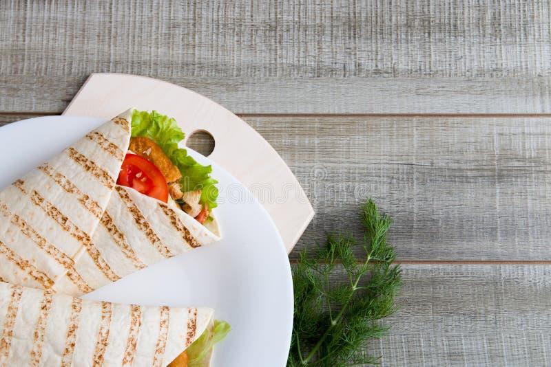 Куриные котлетки и овощи в пита-хлеб стоковые фото