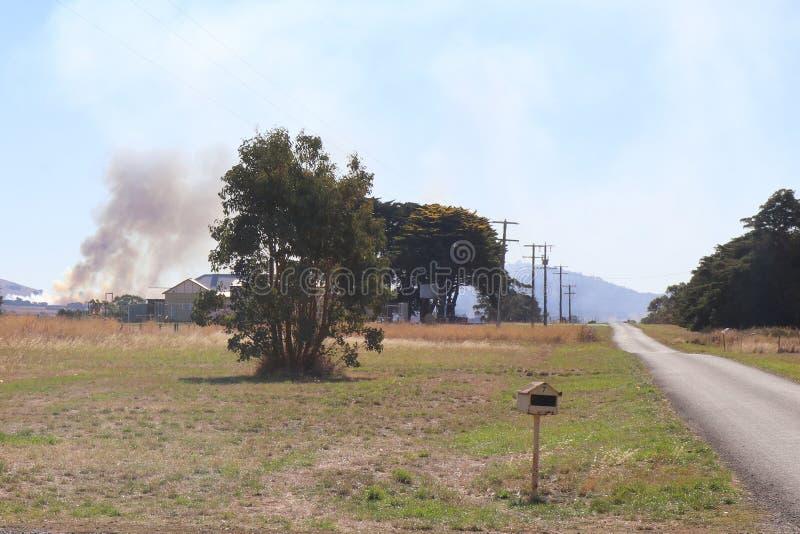 Курите от лесного пожара причаливая свойству в сельской Австралии стоковые изображения