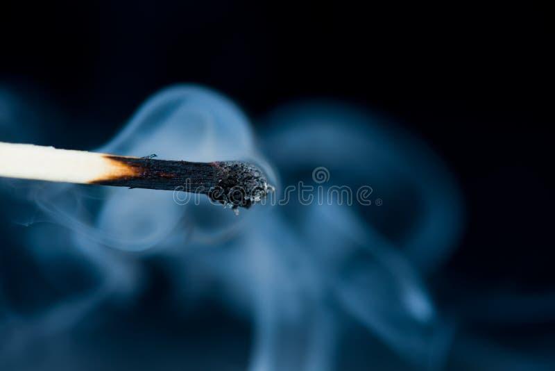 Курите от спички которая как раз была положена вне, стоковые изображения rf