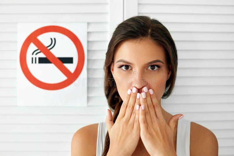 курить Красивая женщина с для некурящих знаком на предпосылке стоковое фото rf