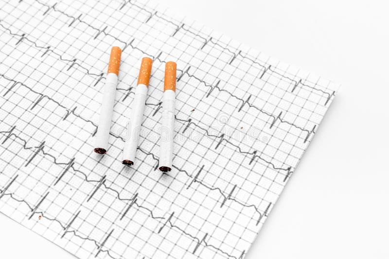 курить пакета опасности сигарет Сигареты на cardiogram на белой предпосылке стоковые фото