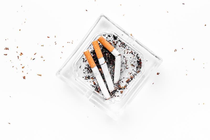 курить Сигареты Halfsmoked в ashtray на белом космосе экземпляра взгляд сверху предпосылки стоковые изображения rf
