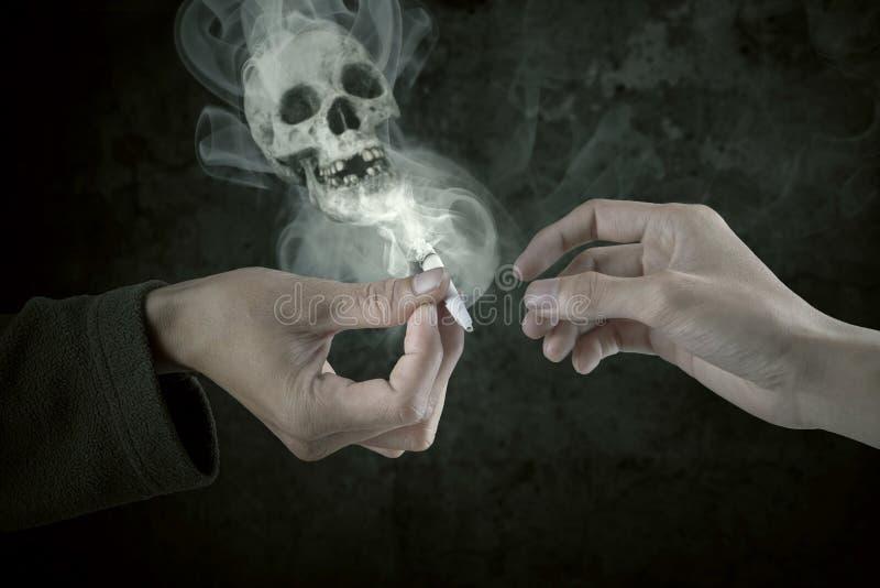 2 курильщика деля сигарету стоковое изображение rf