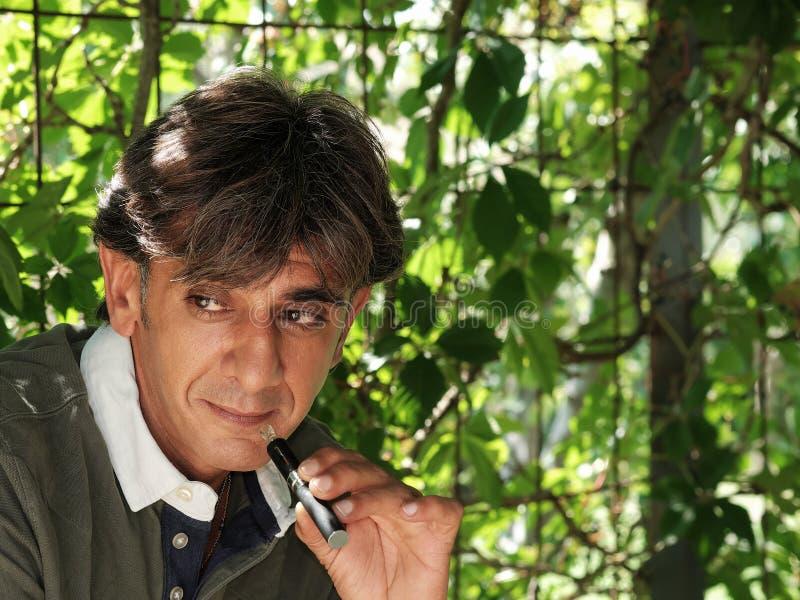 Курильщик электронной сигареты на вегетации стоковая фотография rf