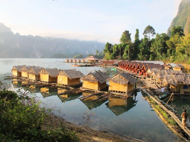 Курорт берега озера в утре стоковая фотография rf