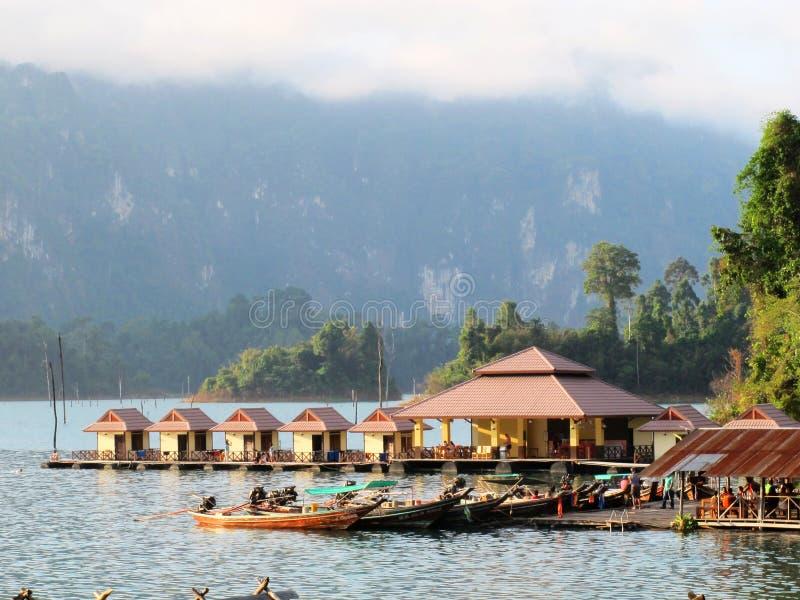Курорт берега озера в утре стоковая фотография