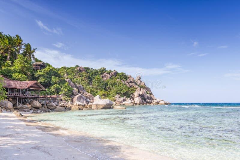 Курорт бунгала в курорте каникул в ясных голубых wi лагуны стоковые изображения rf