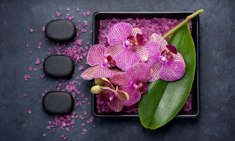 Курорт и ароматерапия с орхидеями, Дзэн камней и солью моря Взгляд сверху стоковые фото