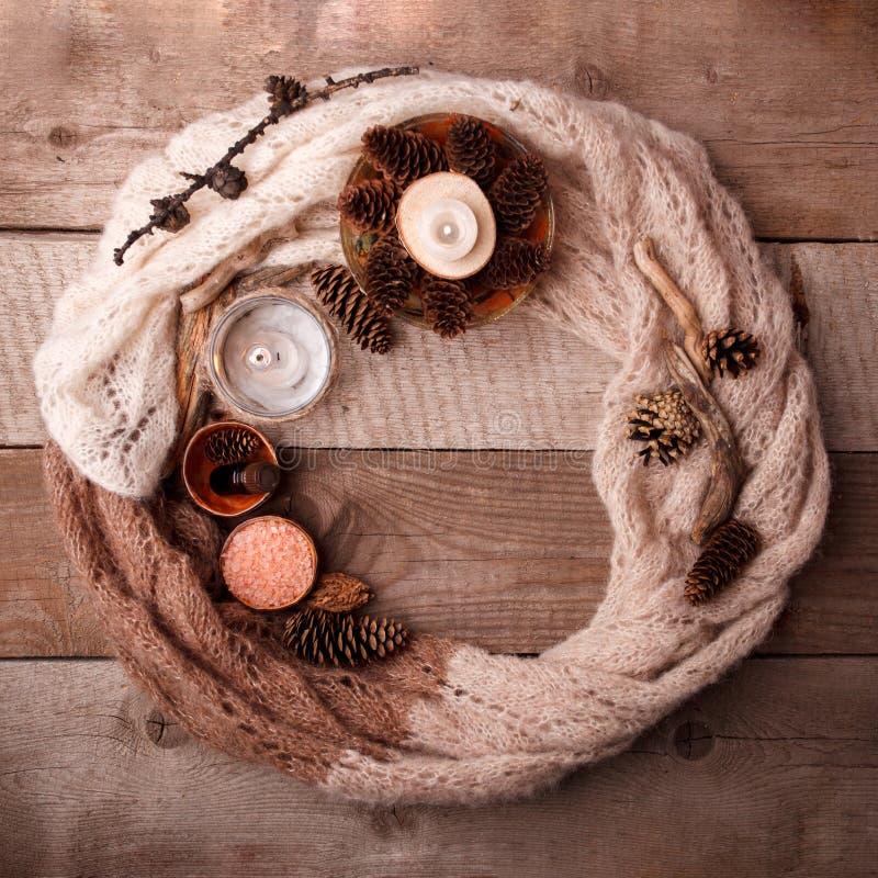 Курорт и установка здоровья с солью моря, суть масла, конусы и свеча, деревянное оформление на деревянной предпосылке стоковые фотографии rf