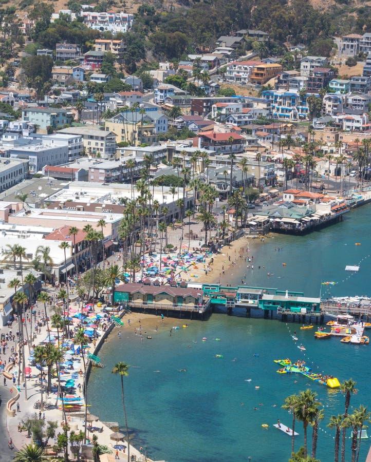 Курорт каникул острова Каталины, Avalon, Калифорния, вид с воздуха зеленой пристани удовольствия, спокойный взгляд красочных домо стоковые изображения rf