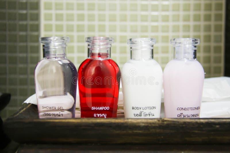 Курорт, мыло и шампунь набора приятностей гостиницы в винтажной ванной комнате стоковые фото