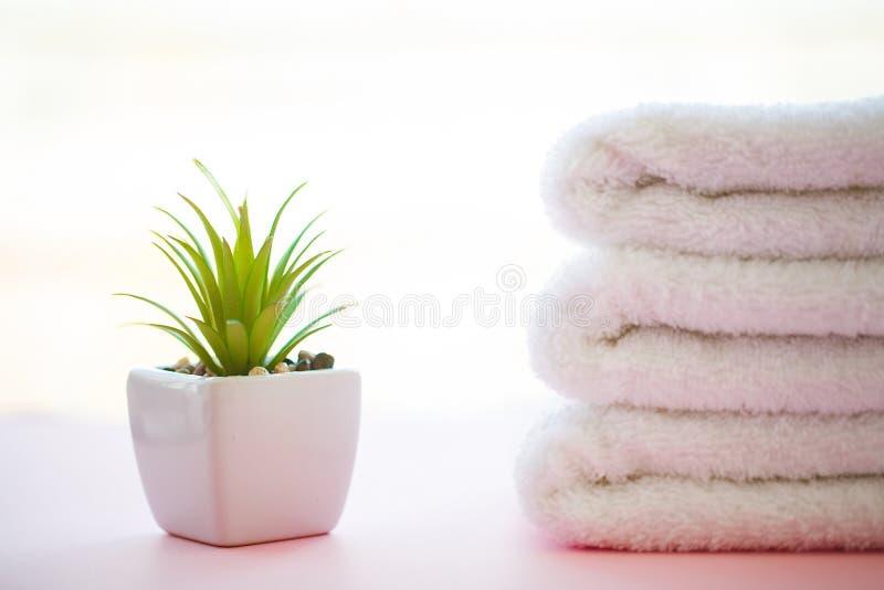 Курорт ослабляют и концепция ванны, кроватка полотенец ванны стога чистая красочная стоковые фотографии rf