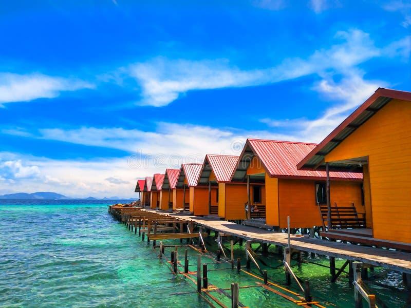 Курорт одно коттеджа деревни острова Mabul стоковое фото