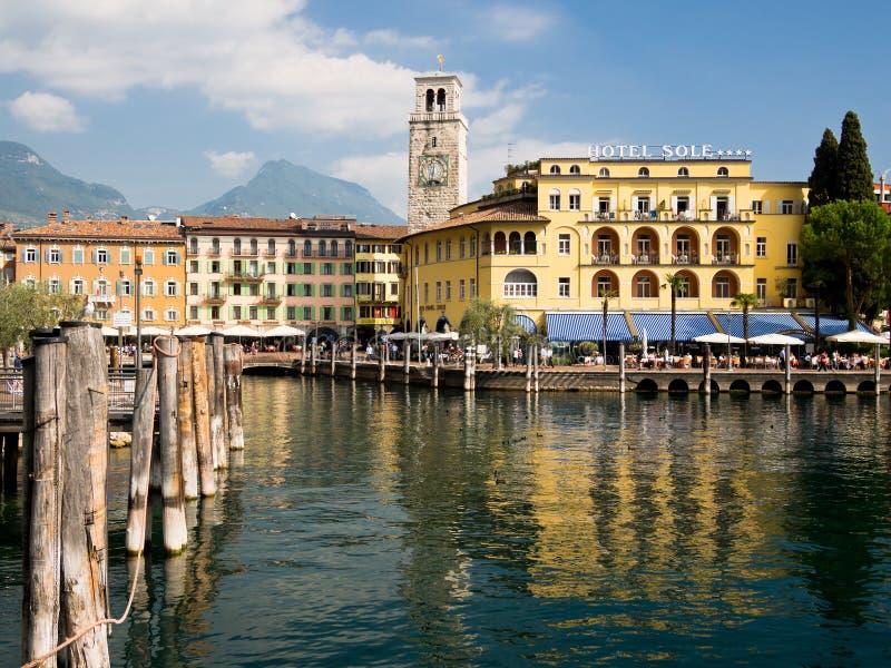 Курорт праздника Италия Riva del Garda Берега озера стоковые изображения rf