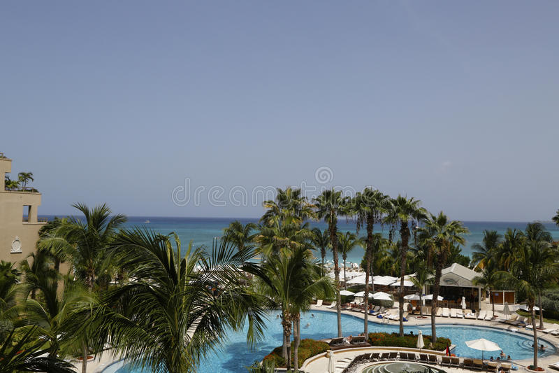 Курорт Ritz-Carlton Grand Cayman роскошный расположенный на 7 милях приставает к берегу стоковая фотография rf