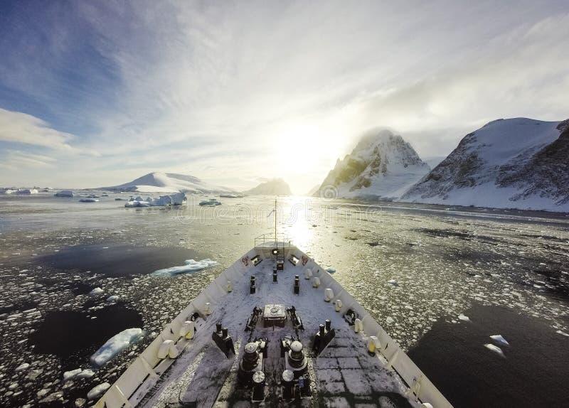 Курсировать среди льда стоковая фотография