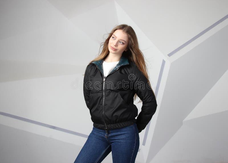 Куртка девушки маленькой девочки нося с зоной для вашего логотипа, модель-макетом hoodie белых женщин стоковое изображение