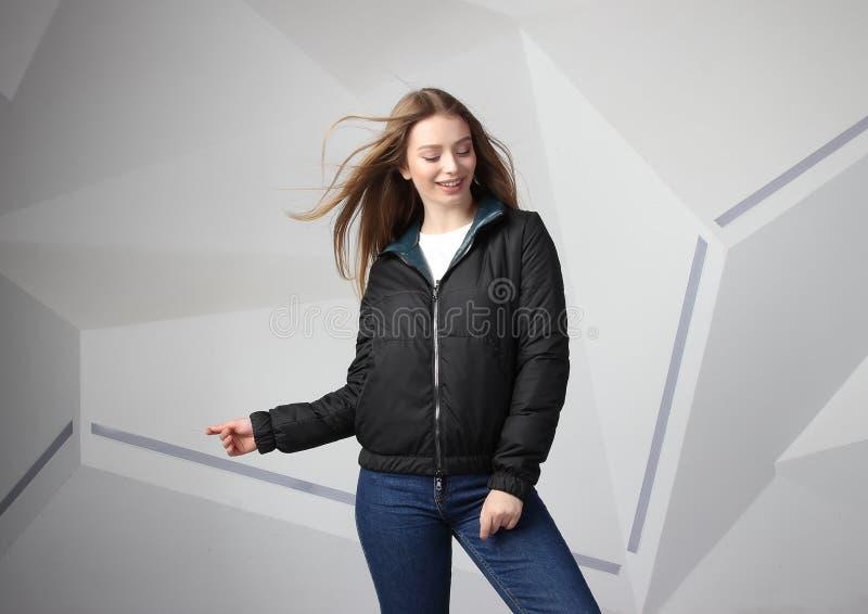 Куртка девушки маленькой девочки нося с зоной для вашего логотипа, модель-макетом hoodie белых женщин стоковое фото rf