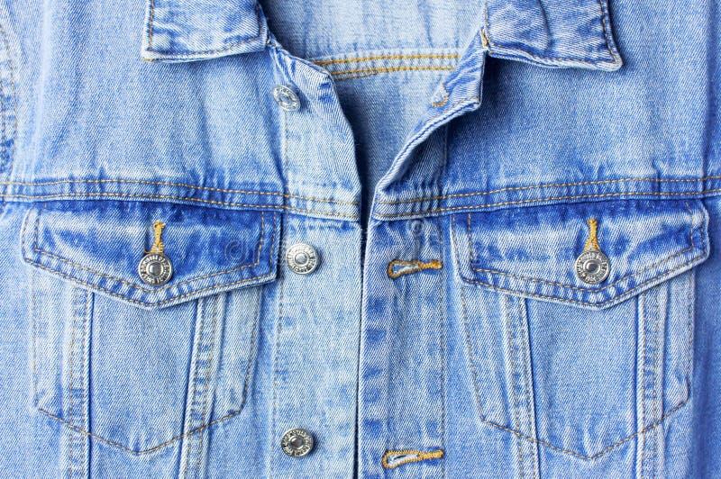 Куртка джинсовой ткани конца-вверх голубая на изолированном космосе экземпляра белого взгляда сверху предпосылки плоском положенн стоковые фотографии rf
