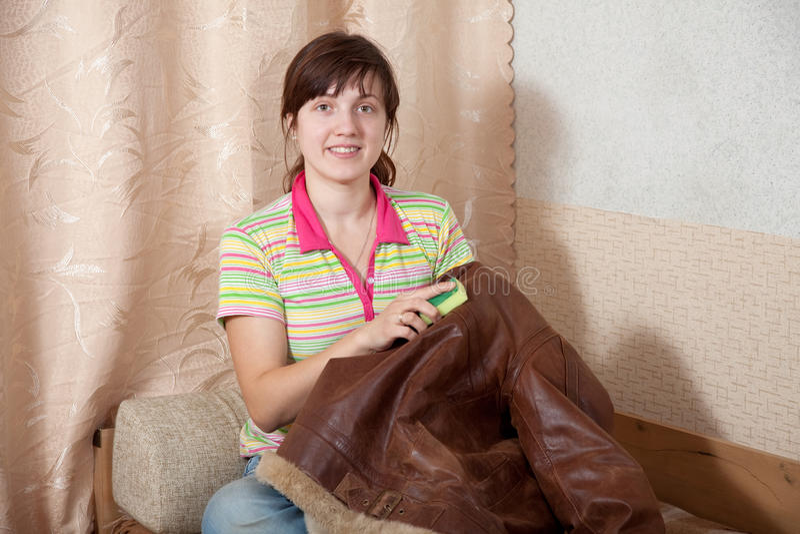 Куртка женщины очищая кожаная стоковые фотографии rf