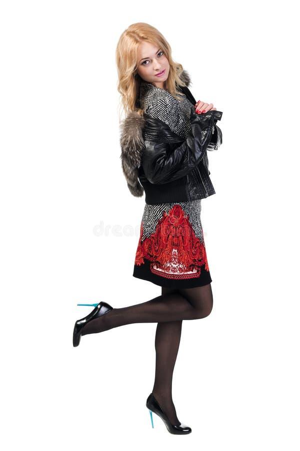 Куртка женщины пробуя с мехом стоковая фотография