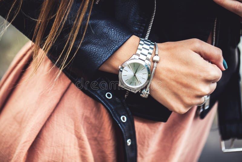 Куртка молодой женщины нося кожаная, человек, мода, стиль стоковое фото rf