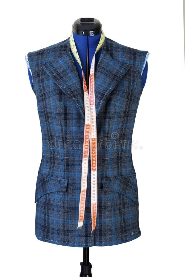 Куртка на манекене в процессе свой шить Приспособление модное не но готовая куртка на манекене стоковая фотография rf
