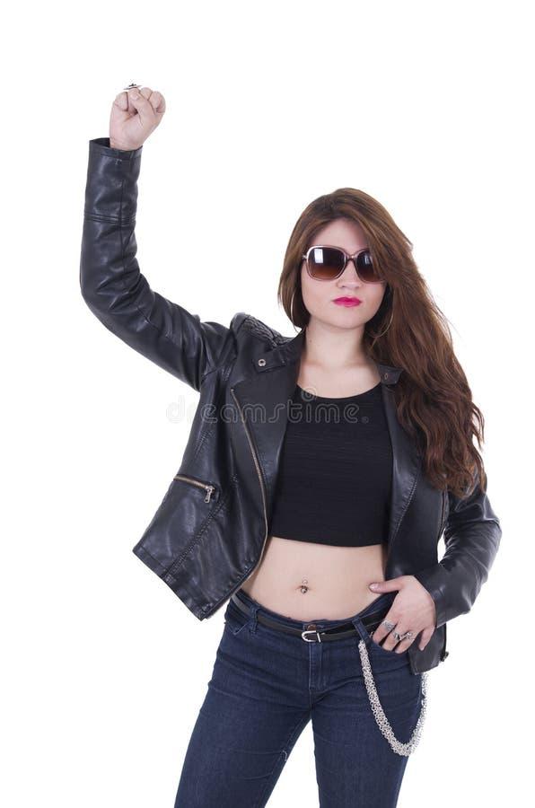 Куртка привлекательной девушки коромысла нося кожаная и стоковые фото